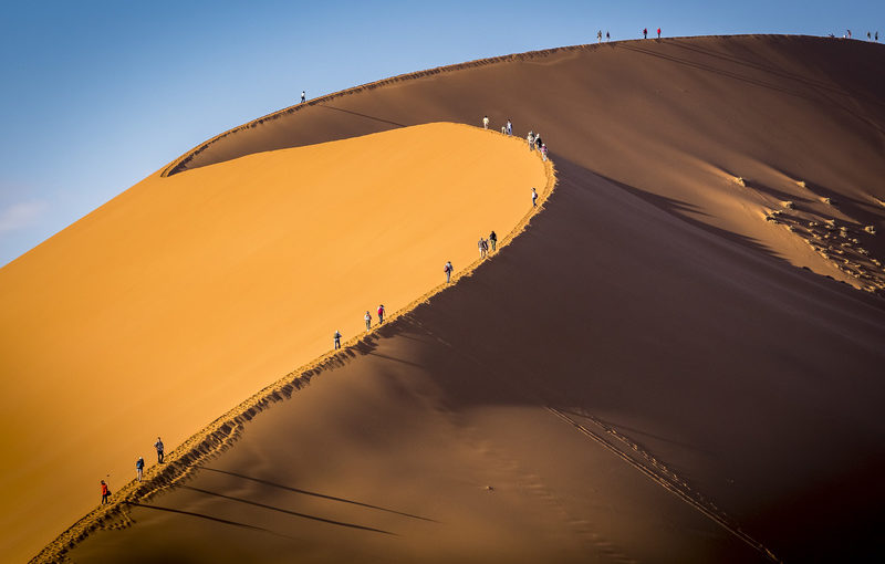 Touristes sur les dunes du désert de Namibie