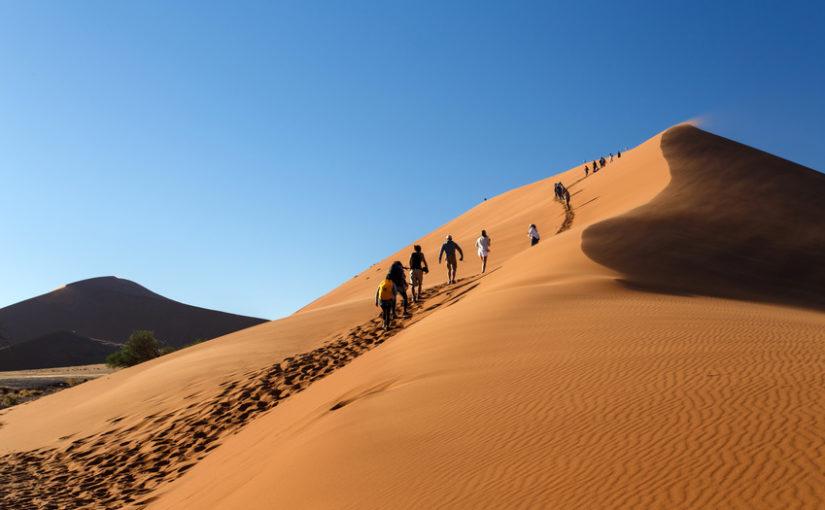 Touristes escaladant la dune n°45 à Sossusvlei en Namibie