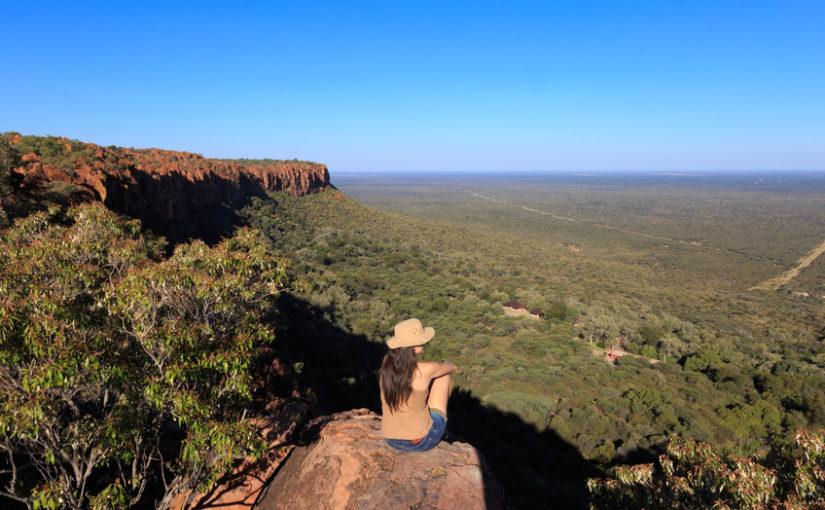 Randonneuse assise sur le plateau Waterberg en Namibie